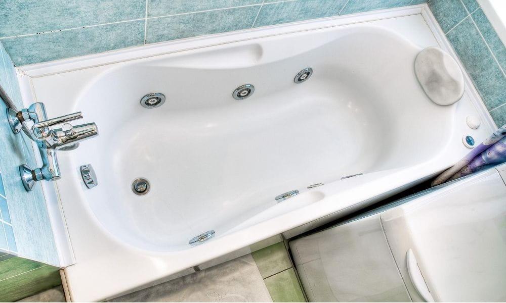 Image-Of-White-Rectangular-Whirlpool-Bath-In-Bathroom