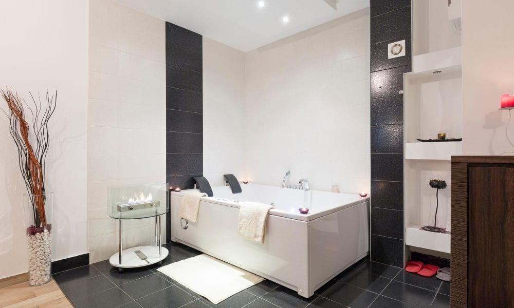 White-Freestanding-Whirlpool-Bath-Placed-In-A-Stylish-Bathroom