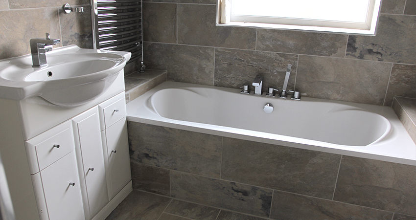 New bathtub fitted with tiling on sides